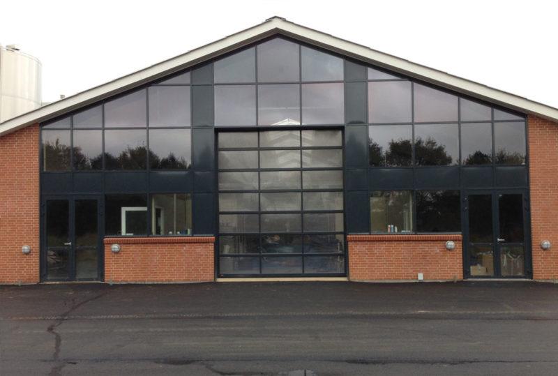 glas facade med NASSAU 9000G ledhejseporte